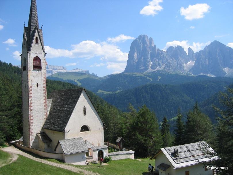 Chiesetta si San Giacomo  con il Sassolungo e il Sassopiatto sullo sfondo